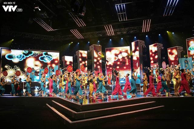 Song Luân bị fan nhí vây kín tại Đón Tết cùng VTV - Ảnh 4.