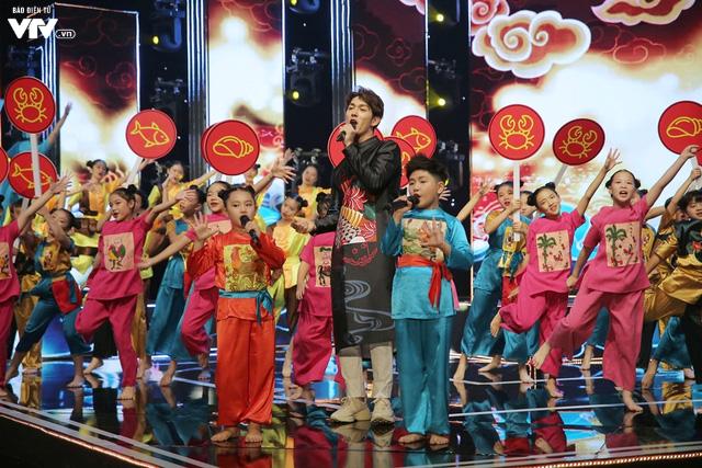 Song Luân bị fan nhí vây kín tại Đón Tết cùng VTV - Ảnh 5.