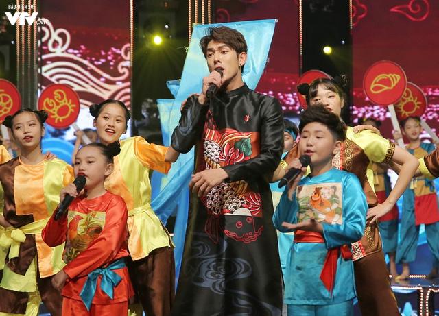 Song Luân bị fan nhí vây kín tại Đón Tết cùng VTV - Ảnh 6.