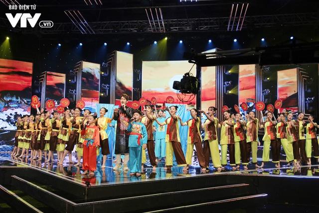 Song Luân bị fan nhí vây kín tại Đón Tết cùng VTV - Ảnh 1.