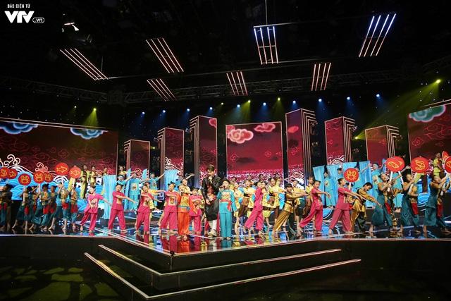 Song Luân bị fan nhí vây kín tại Đón Tết cùng VTV - Ảnh 7.