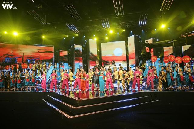 Song Luân bị fan nhí vây kín tại Đón Tết cùng VTV - Ảnh 10.