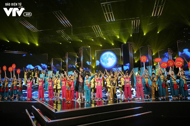 Song Luân bị fan nhí vây kín tại Đón Tết cùng VTV - Ảnh 3.