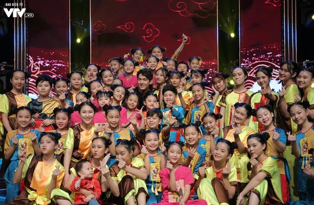 Song Luân bị fan nhí vây kín tại Đón Tết cùng VTV - Ảnh 12.