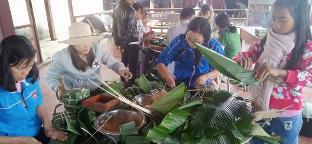 Thầy cô mổ heo, gói bánh cho học sinh vùng cao đón Tết - ảnh 1