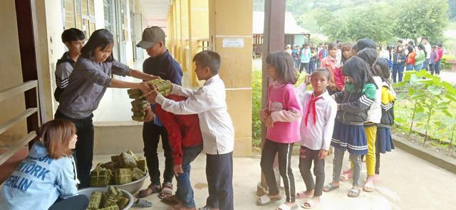 Thầy cô mổ heo, gói bánh cho học sinh vùng cao đón Tết - ảnh 5