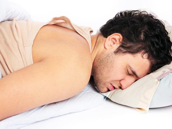 Những tác hại khôn lường khi bạn quen dùng điện thoại vào ban đêm - Ảnh 1.
