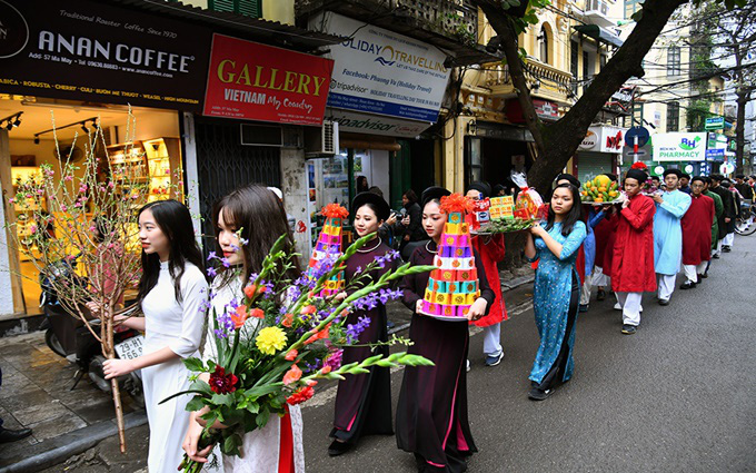 The procession delegation includes boys, girls and strata of people in traditional costumes.