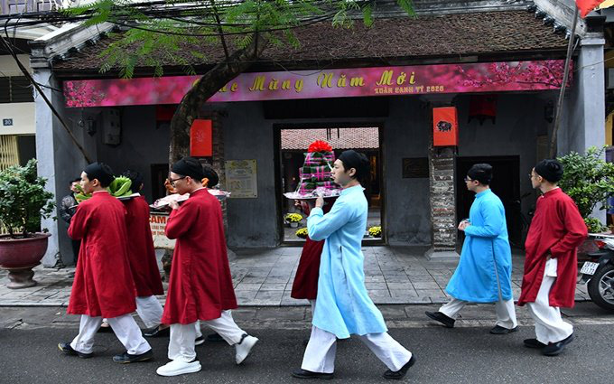 The ritual delegation travels from the Heritage House at 87 Ma May Street to the Kim Ngan Temple 42-44 Hang Bac Street.