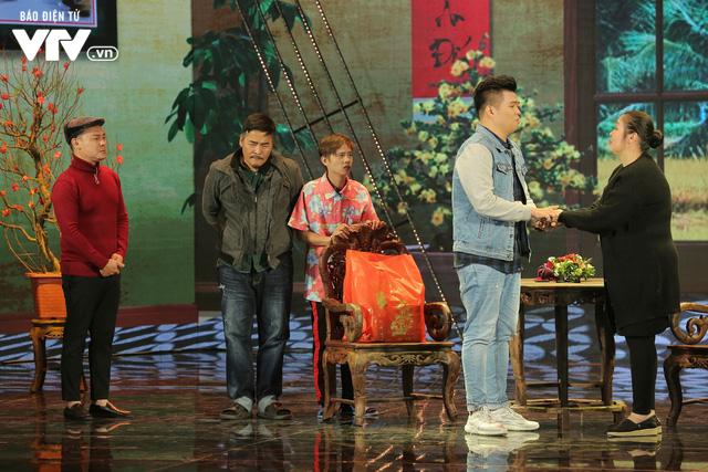 Gala cười 2020: Con trai Việt kiều bất ngờ về ăn Tết, Hồng Vân không kịp trở tay - Ảnh 9.