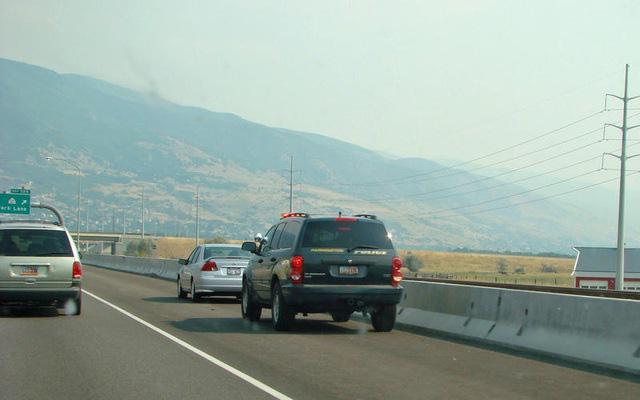 Những thói quen nguy hiểm khi lái hoặc ngồi trên xe ô tô - Ảnh 2.
