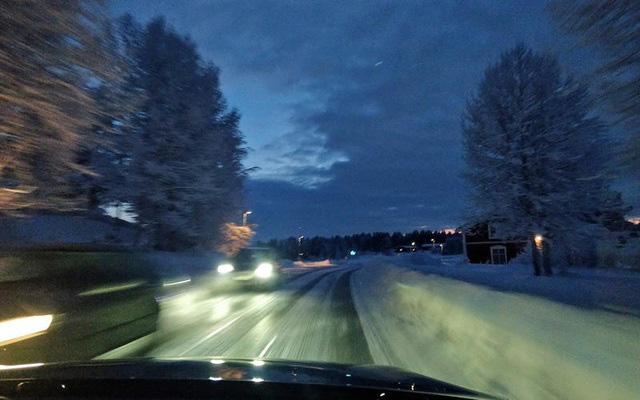 Những thói quen nguy hiểm khi lái hoặc ngồi trên xe ô tô - Ảnh 3.