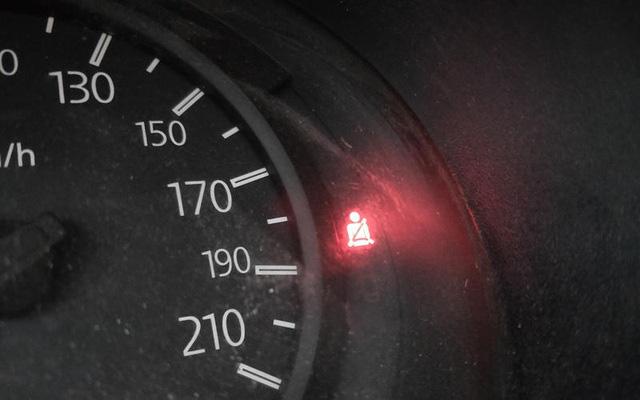 Những thói quen nguy hiểm khi lái hoặc ngồi trên xe ô tô - Ảnh 4.
