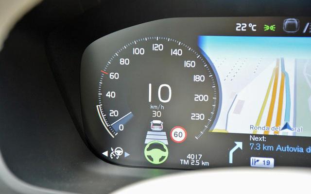 Những thói quen nguy hiểm khi lái hoặc ngồi trên xe ô tô - Ảnh 5.