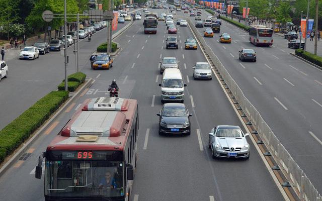 Những thói quen nguy hiểm khi lái hoặc ngồi trên xe ô tô - Ảnh 8.
