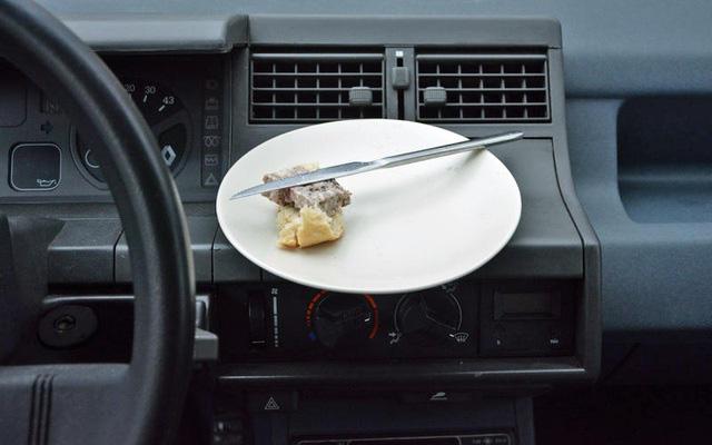 Những thói quen nguy hiểm khi lái hoặc ngồi trên xe ô tô - Ảnh 12.