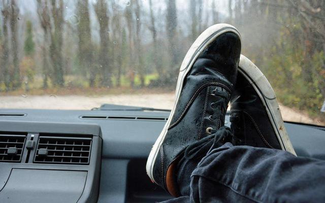 Những thói quen nguy hiểm khi lái hoặc ngồi trên xe ô tô - Ảnh 18.
