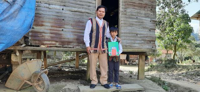 Đầu năm, thầy cô đến từng nhà học sinh vùng cao chúc Tết, mừng tuổi sách - Ảnh 2.