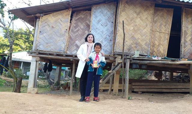 Đầu năm, thầy cô đến từng nhà học sinh vùng cao chúc Tết, mừng tuổi sách - Ảnh 1.