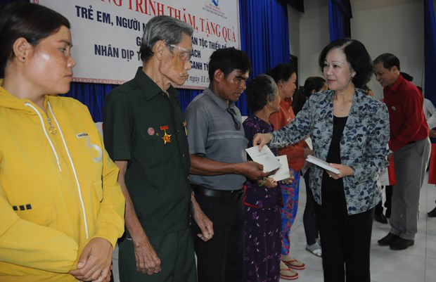 Politburo member and Chairwoman of the Party Central Committee's Commission for Mass Mobilisation Truong Thi Mai presents gifts tosocial policy beneficiaries in the Central Highlands province of Lam Dong. (Photo: VNA)