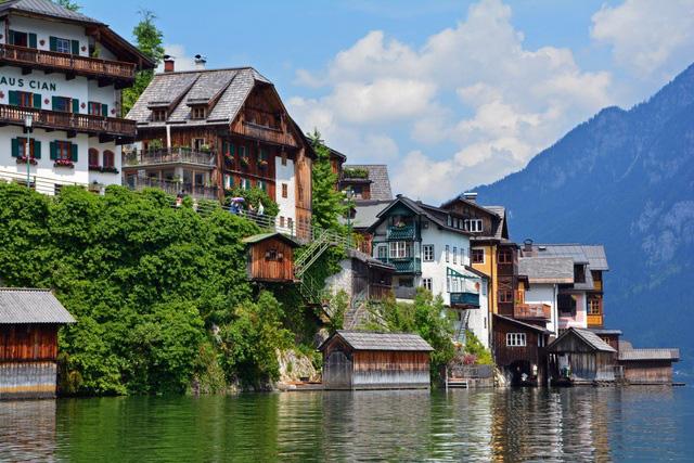 Ngôi làng đẹp nhất thế giới cầu xin khách du lịch đừng tới - Ảnh 3.