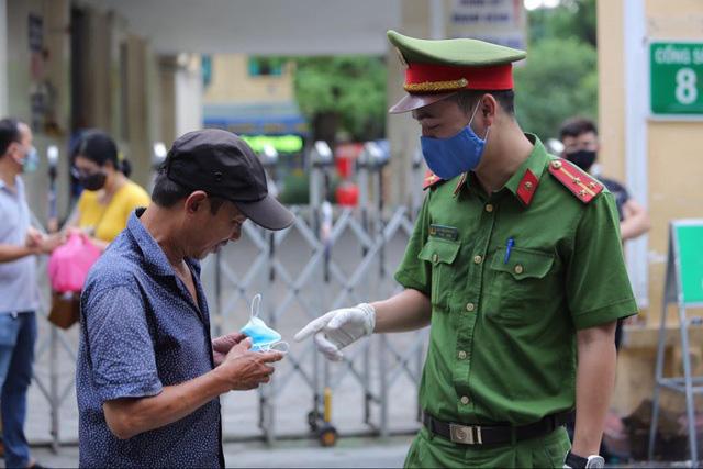 Chủ quan với kẻ thù COIVD-19, nhiều người dân TP.HCM không đeo khẩu trang ở nơi công cộng - Ảnh 1.