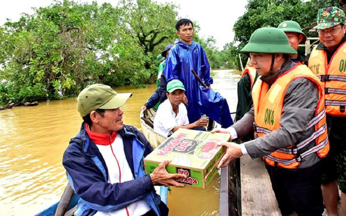 Thua Thien Hue Province's leaders present gifts to flood victims in Phong Dien District. (Photo: NDO/Cong Hau)