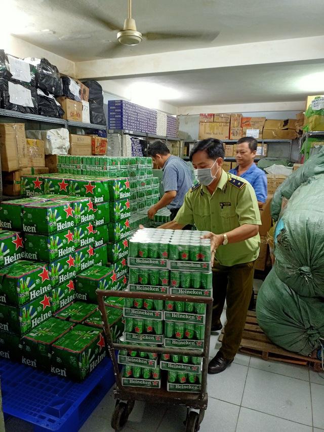 Tiêu hủy hàng trăm thùng bia Heineken nhập lậu, không đạt chuẩn chất lượng - Ảnh 1.