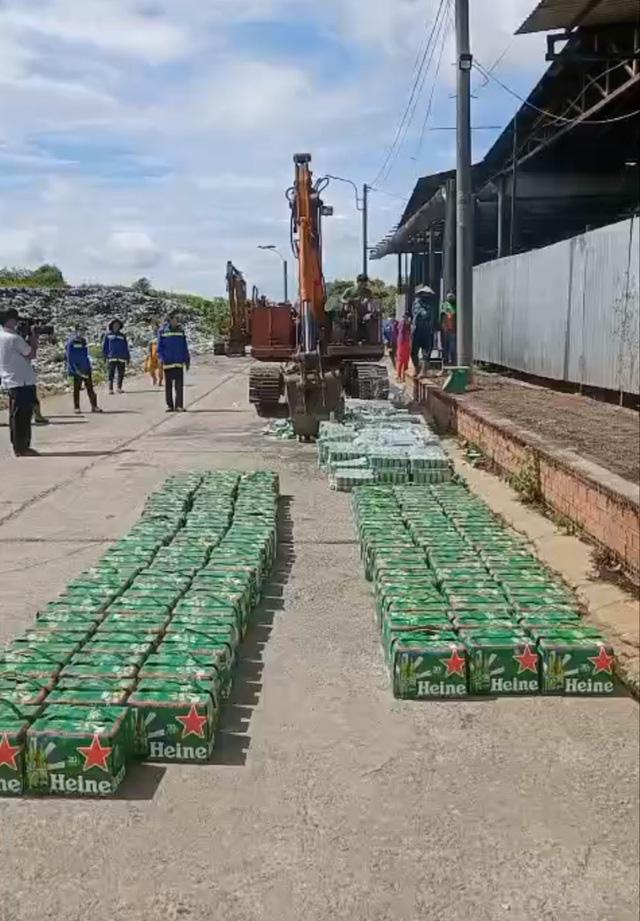 Tiêu hủy hàng trăm thùng bia Heineken nhập lậu, không đạt chuẩn chất lượng - Ảnh 3.