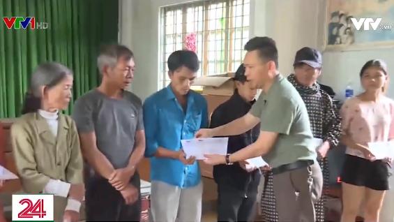 Quỹ Tấm lòng Việt và Đài THVN trao quà cho người dân thiệt hại do mưa lũ - Ảnh 1.