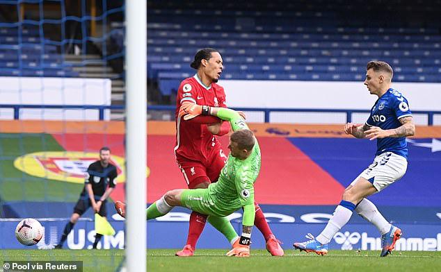 Van Dijk gặp chấn thương đáng sợ sau pha va chạm với thủ thành Pickford - Ảnh 1.