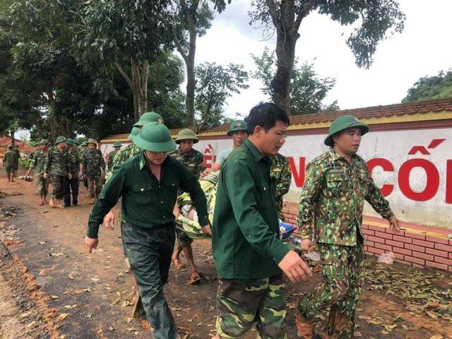 Chạy đua với thời gian để cứu người bị nạn do sạt lở đất ở Quảng Trị - Ảnh 1.