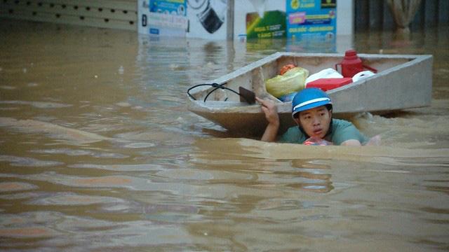Thủ tướng: Chính phủ sẽ làm hết sức mình, khắc phục hậu quả mưa lũ miền Trung - ảnh 1