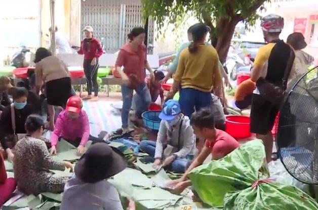 Người dân Nam Trung Bộ góp áo phao, bánh chưng tặng người dân vùng lũ - Ảnh 2.