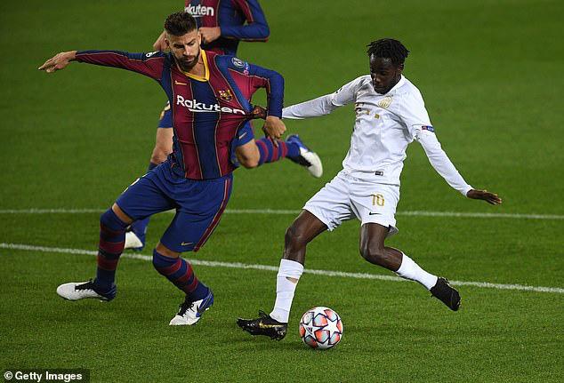 Gerard Pique đồng ý giảm lương để lại Barcelona - Ảnh 1.