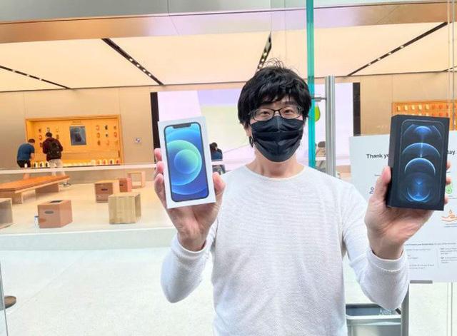Bất chấp dịch COVID-19, dân tình vẫn xếp hàng dài chờ mua iPhone 12 - ảnh 1