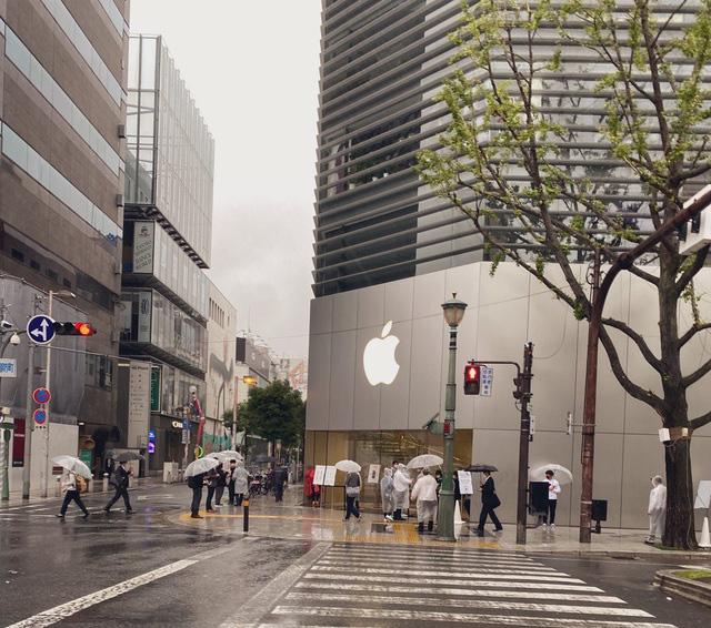 Bất chấp dịch COVID-19, dân tình vẫn xếp hàng dài chờ mua iPhone 12 - ảnh 2