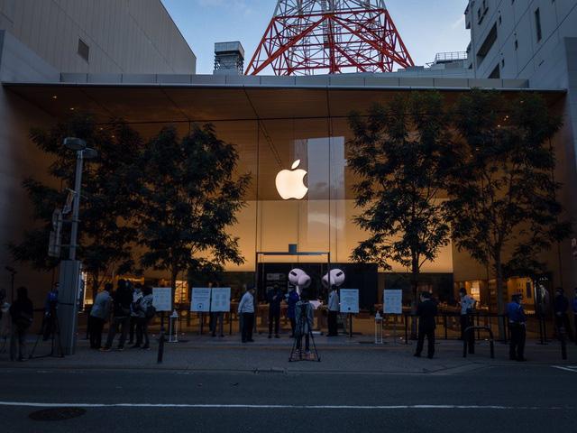 Bất chấp dịch COVID-19, dân tình vẫn xếp hàng dài chờ mua iPhone 12 - ảnh 3