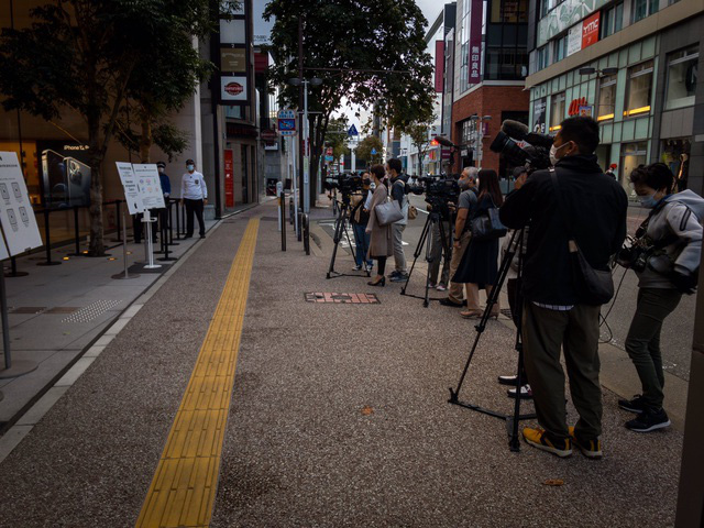 Bất chấp dịch COVID-19, dân tình vẫn xếp hàng dài chờ mua iPhone 12 - ảnh 4