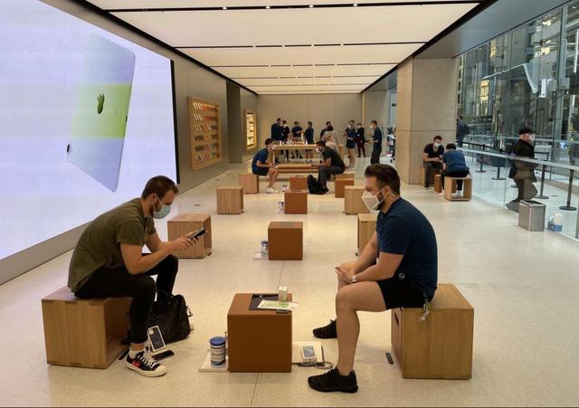 Bất chấp dịch COVID-19, dân tình vẫn xếp hàng dài chờ mua iPhone 12 - ảnh 5