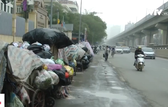 Người dân dựng lều bạt chặn đường vào bãi rác Nam Sơn - Ảnh 1.
