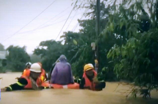 Những người chiến sĩ đi về phía nhân dân những ngày mưa lũ - Ảnh 1.