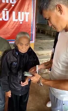 Công Vinh phụ vợ đi trao tiền cho người dân miền Trung - Ảnh 2.