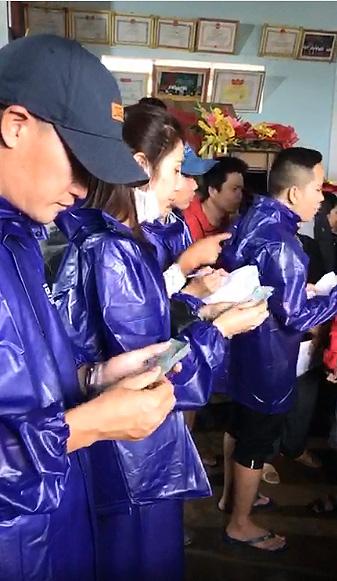 Công Vinh phụ vợ đi trao tiền cho người dân miền Trung - Ảnh 1.
