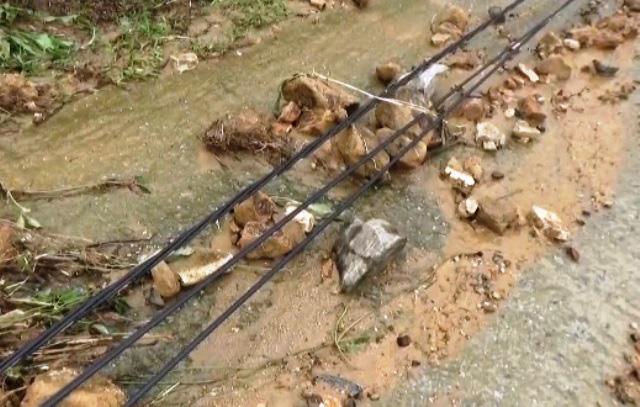 Đã tiếp cận ngôi làng có gần 80 hộ dân bị cô lập ở Quảng Nam - Ảnh 2.