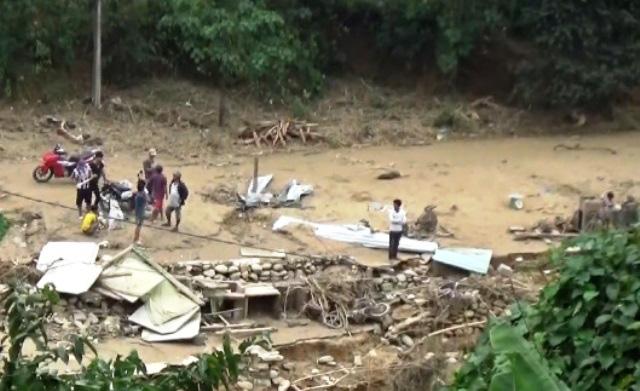 Đã tiếp cận ngôi làng có gần 80 hộ dân bị cô lập ở Quảng Nam - Ảnh 1.