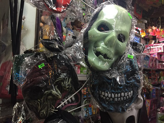 """Thị trường Halloween: """"Ma cũ"""", giá mới - Ảnh 2."""