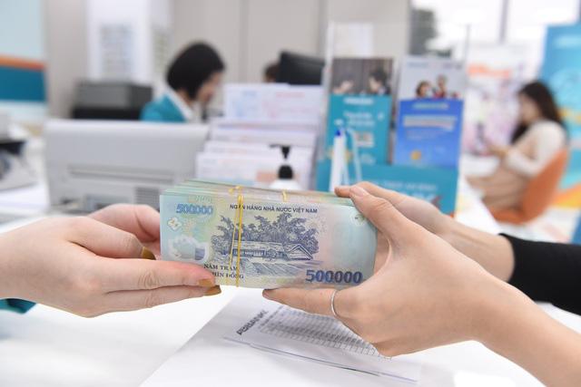 Giảm lãi suất cho khách hàng tại 10 tỉnh miền Trung bị ảnh hưởng lũ lụt - Ảnh 1.