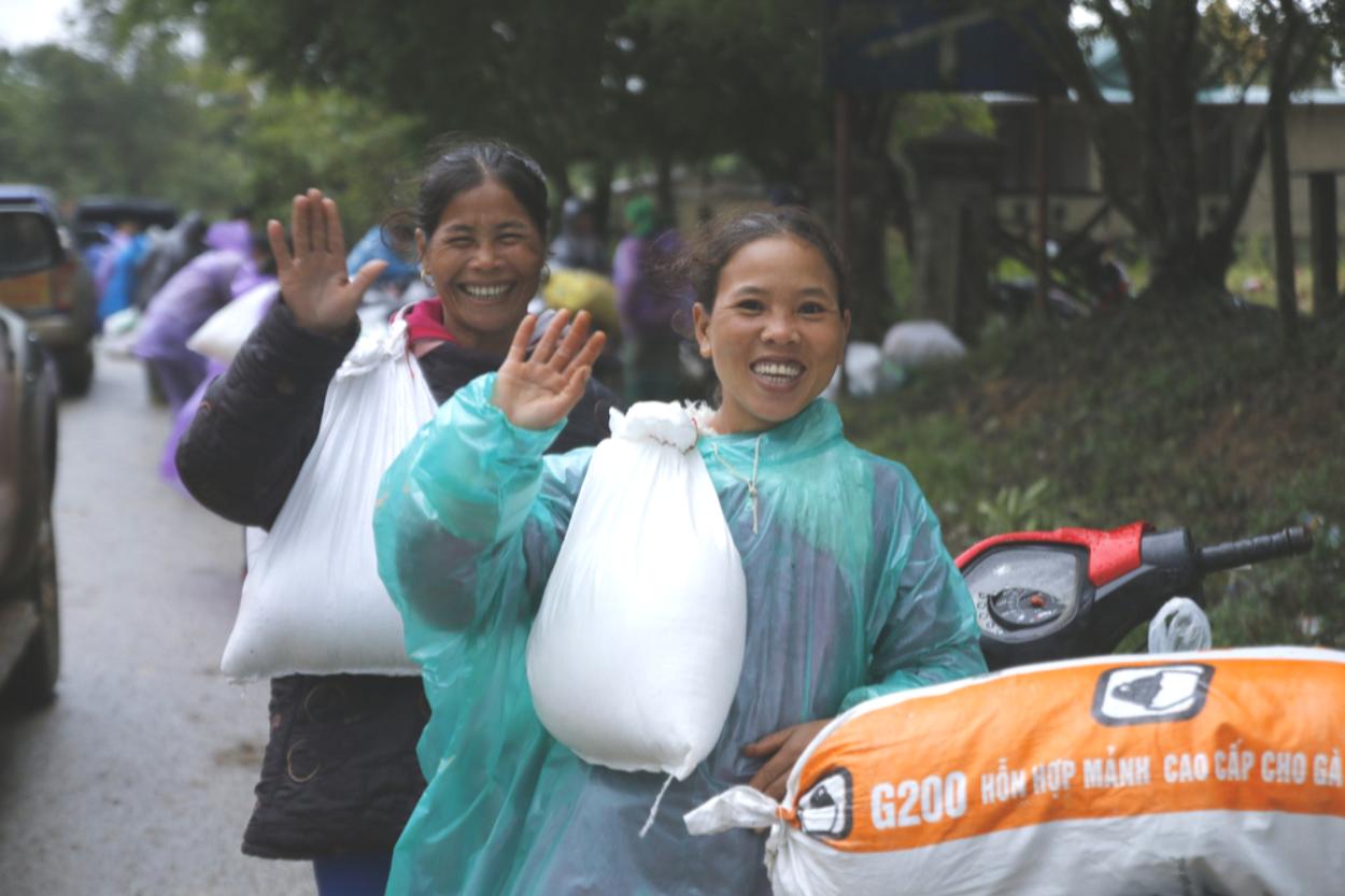 Đội mưa mang quà cứu trợ đồng bào miền Trung - Ảnh 7.