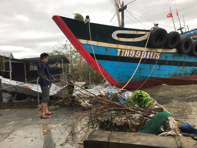 Bão số 13 làm cây đổ ngổn ngang, nhà tốc mái, tàu cá bị đánh chìm - Ảnh 2.